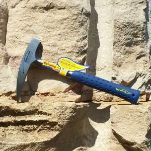 marteau de géologue sur rocher